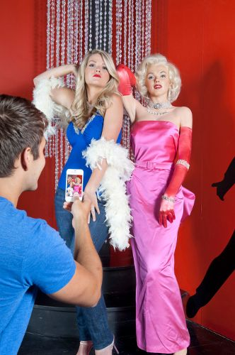 photo_marilyn-monroe-with-guests-taking-picture-pigeon-forge